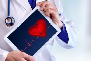 Controlla costantemente pressione arteriosa e colesterolo. Valori superiori alla norma già a 40 anni aumentano il rischio di futuri eventi cardiaci.