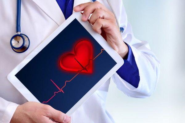 Controlla costantemente pressione arteriosa e colesterolo. <br>Valori superiori alla norma già a 40 anni aumentano il rischio di futuri eventi cardiaci.